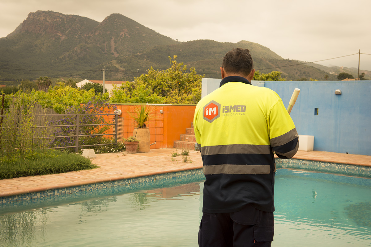 Hombre de ISMED limpiado una piscina en Valencia